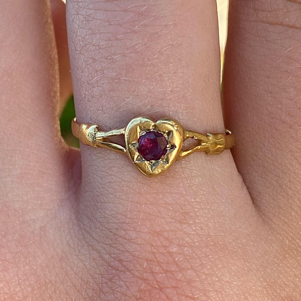 טבעת אנגלית עתיקה חתומה זהב 9k עם לב גרנט.